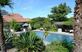Property for sale in Aquitaine. A modern villa with a swimming pool, terraces and a garden, just 30 minutes from the beach, between Bayonne and Dax, Landes, France