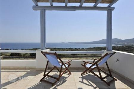 Villas and houses for rent with swimming pools in Aegean. This is a great beach front villa (200m away) located in a prime area with sandy beaches, in the charming Antiparos island. The b