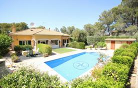 Residential for sale in Santa Ponsa. Cozy family house with a private plot, a garden, a swimming pool and a garage, close to the beach, Santa Ponsa, Spain