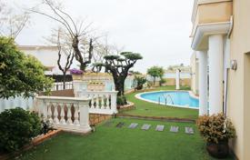 Coastal houses for sale in Costa del Maresme. House with a garden and a private swimming pool