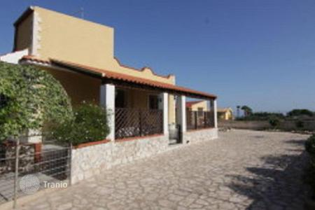 3 bedroom houses by the sea for sale in Sicily. Villa with a garden, at 300 m from the sea in Marina del Plemmirio, Sicily, Italy
