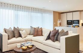 Property for sale in London. Three-bedroom apartment with a balcony in a new residential complex with a concierge, a parking and landscaped gardens, London, UK