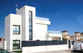Houses with pools for sale in La Marina. 3 bedroom villa with private pool, 200 meters from the beach
