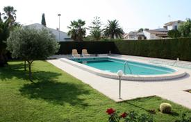 Coastal houses for sale in Costa Blanca. 3 bedroom villa with private pool and 800 m² garden in Los Balcones, Torrevieja