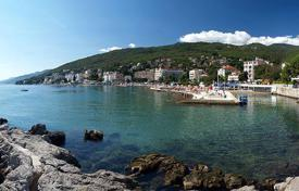 Coastal residential for sale in Opatija. Two-bedroom apartment in Volosko