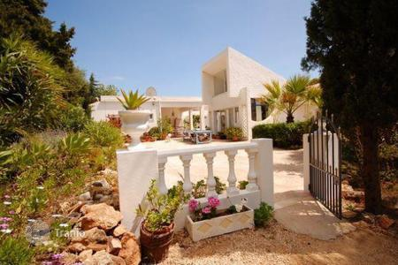 Houses with pools for sale overseas. Amazing house in Silves