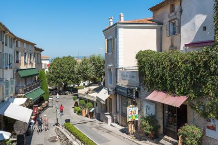 Coastal townhouses for sale in Provence - Alpes - Cote d'Azur. Refined townhouse with an elevator, a roof-top terrace, sea and mountain view, in the center of Mougins, France