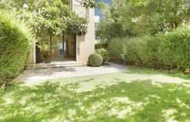 Luxury property for sale in Neuilly-sur-Seine. Neuilly-sur-Seine. A spacious family property with a garden.