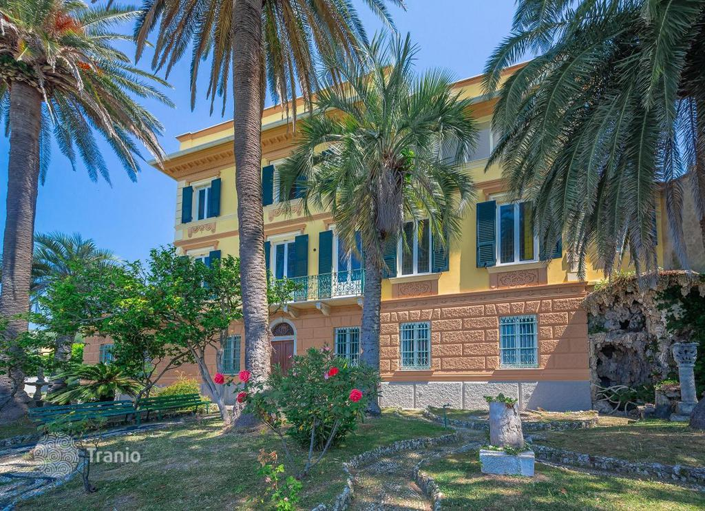 Buy villa in Genoa on the first line