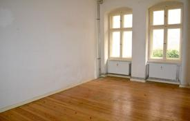 2 bedroom apartments for sale in Berlin. Spacious apartment with a garden in a renovated altbau building, close to the city center and all amenities, Kreuzkoelln, Berlin