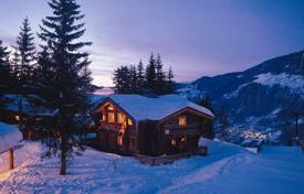 Chalets for rent in Courchevel. Alpine-style chalet with an outdoor jacuzzi in the resort of La Tania, France