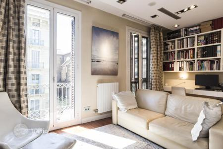 2 bedroom apartments for sale in L'Eixample. Apartment with designer renovation in Eixample Dreta, Barcelona