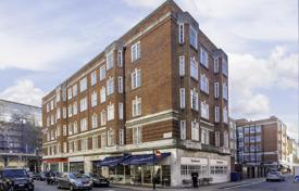 Property for sale in Kensington. Apartment with 3 bedrooms and views of the green courtyard in a prestigious area of London — Kensington, next to the metro