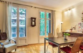 Apartments for sale in L'Eixample. Cozy three-room apartment with a balcony in an iconic house in Eixample, Barcelona, Spain