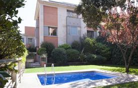 Houses for sale in Catalonia. Four-level villa with a garden and a garage in Barcelona, Sarrià-san-Gervasi area