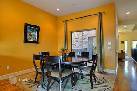 Property to rent in Texas. Three-storey townhouse with an elevator and terraces, near the downtown, Fort Worth, Texas, USA