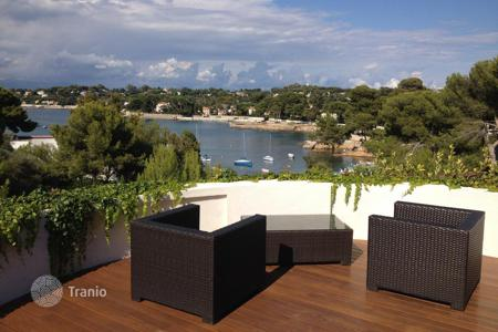 Apartments with pools for sale in Côte d'Azur (French Riviera). 3 bedrooms apartment with sea view, Cap d'Antibes