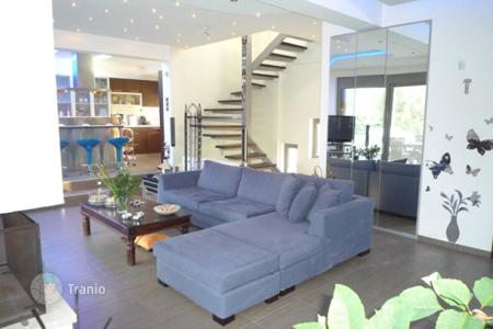 Houses with pools by the sea for sale in Attica. Stylish cottage in Nea Makri, Greece. Independent furnished apartment, swimming pool, landscaped garden, 100 meters from the sea