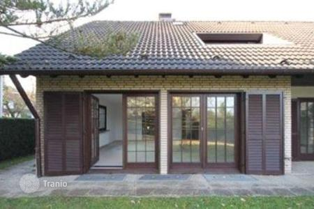 5 bedroom houses for sale in Germany. A well-kept family house in Bonn
