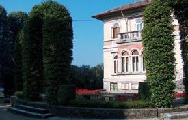 4 bedroom houses by the sea for sale in Italy. Villa – Lombardy, Italy