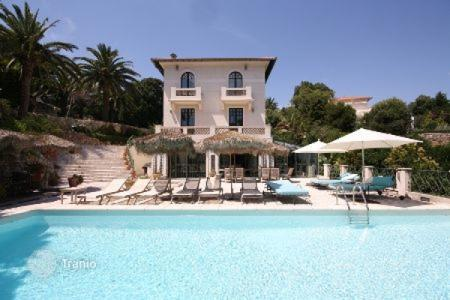 Luxury houses for sale in Cannes. Villa – Cannes, Côte d'Azur (French Riviera), France