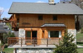5 bedroom villas and houses to rent in Meribel. Well-appointed chalet with 5 bedrooms with bathrooms, a living room with a fireplace, a laundry and a parking, Meribel, France