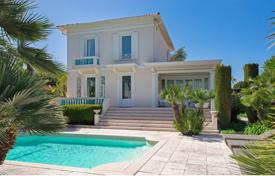 Coastal houses for sale in Antibes. Villa – Antibes, Côte d'Azur (French Riviera), France