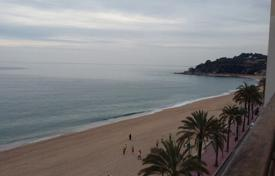 4 bedroom apartments for sale in Costa Brava. Apartment on the first line of the sea in the centre