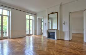 4 bedroom apartments to rent in Paris. PARIS 16/ FOCH — APARTMENT WITH PRIVATE GARDEN