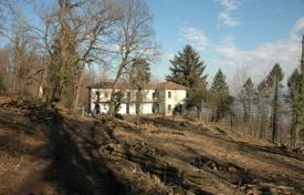 Property for sale in Comabbio. Spacious villa with horse stables, a huge plot and lake views, Comabbio, Lombardy, Italy