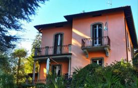Luxury houses for sale in Cernobbio. Villa in Cernobbio with lake views