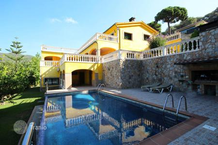 Houses with pools for sale in Costa del Maresme. Detached house with sea views in Cabrils, Barcelona Coast