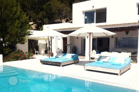 6 bedroom villas and houses to rent in Spain. Villa with garage, swimming pool and terraces with panoramic views of the sea and the island of Formentera for rent in Es Cubells, Ibiza