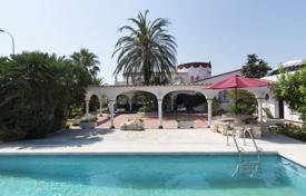 Houses for sale in Empuriabrava. Spacious villa with a swimming pool, a covered terrace, a jetty and a guest house, in the center of Empuriabrava, Spain