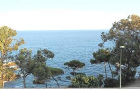 Property for sale in Costa Brava. Two-bedroom apartment with sea views, only 100 meters from the beach in Lloret de Mar