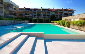 Residential for sale in Desenzano del Garda. Three rooms apartment in a residence with pool, Desenzano del Garda