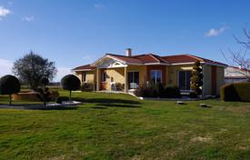 4 bedroom houses for sale in Occitanie. Modern villa with a guest house and a spacious garden, five minutes drive from the city center, Lannemezan, France