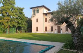 Residential for sale in Sirmione. Villa with a private habour, a garden and a swimming pool, in Sirmione, Brescia, Italy