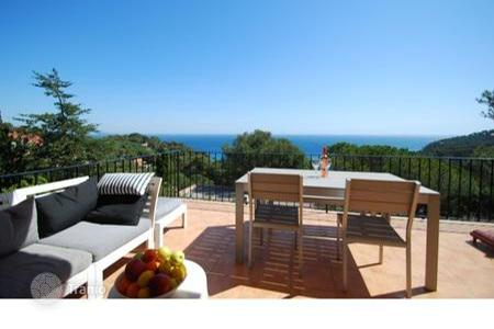 Apartments with pools by the sea for sale in Costa Brava. Elegant apartment with private pool in Begur, Spain
