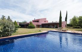 Residential for sale in Peralada. Spacious villa with a pool, a garden and a covered veranda, Peralada, Spain
