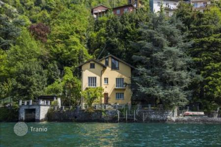6 bedroom houses for sale in Lake Como. Villa at Lake Como with a pier and swimming pool