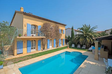 Luxury 6 bedroom houses for sale in France. Saint-Tropez — Spacious Provencal villa