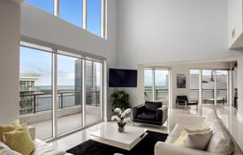 Apartments for sale in North America. A two-storey penthouse with 4 balconies, a roof terrace and spectacular views of the ocean, Miami, Florida, USA