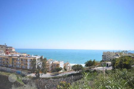 Apartments with pools by the sea for sale in Fuengirola. This nice and cozy apartment is situated near the beach of Carvajal