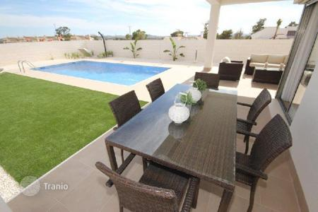 Houses for sale in Guardamar del Segura. Charming villa with pool in Guardamar del Segura