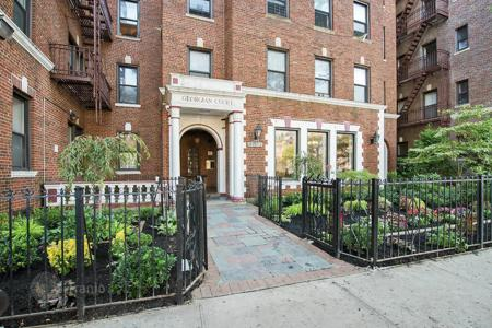 Apartments for rent with swimming pools in New York City. Queens Boulevard