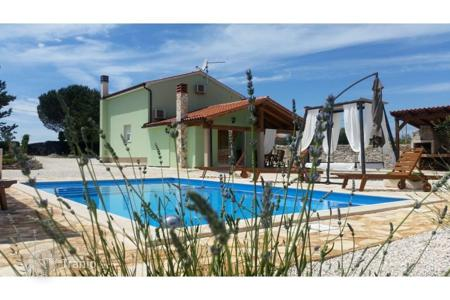 Houses with pools for sale in Svetvinčenat. Svetvinčenat surroundings Detached house with swimming pool, large garden