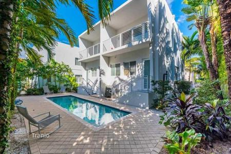 2 bedroom houses for sale in North America. Two-storey house with private pool and terrace on the roof, at an attractive price, Miami Beach, Florida