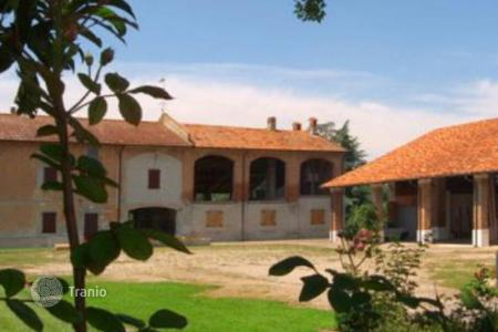 Land for sale in Italy. Farm in Caselle Landi, Italy