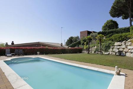 Houses with pools for sale in Badalona. Stunning house with pool and garden, close to a park in Mas Ram, a suburb of Barcelona
